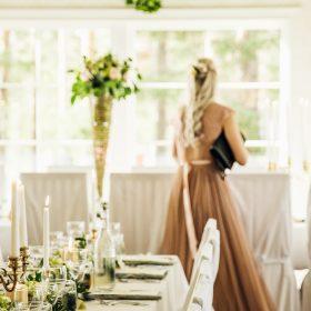 Fint dukat bord med en kvinna i bild. Bröllop